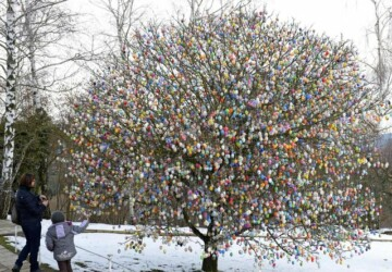 10.000 eggs on Easter tree -