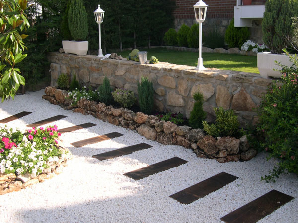 20 garden path ideas style motivation for Decoracion jardines modernos