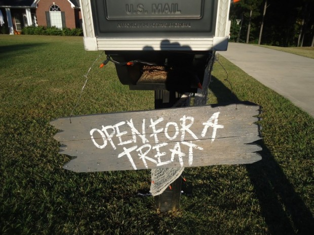 15 Fun and Scary Ideas How to Decorate Your Mailboxes for Halloween (13)