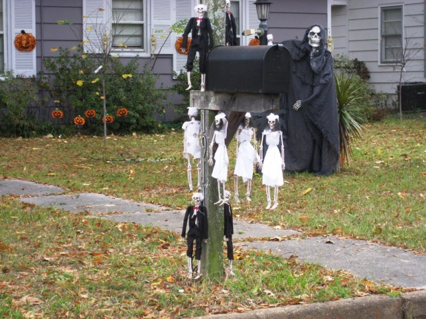 15 Fun and Scary Ideas How to Decorate Your Mailboxes for Halloween (2)