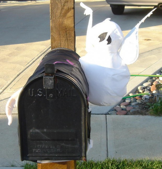 15 Fun and Scary Ideas How to Decorate Your Mailboxes for Halloween (7)