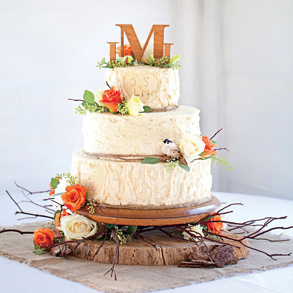 Cakes are very important detail at the weddings. They should always be related with the theme of the wedding. If you wedding is in fall and you want everything