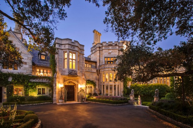 20 Gorgeous Houses That Look Like a Castles (10)