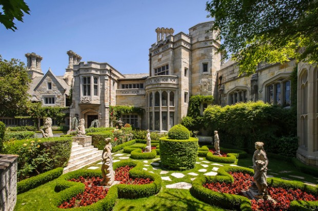 20 Gorgeous Houses That Look Like a Castles (7)