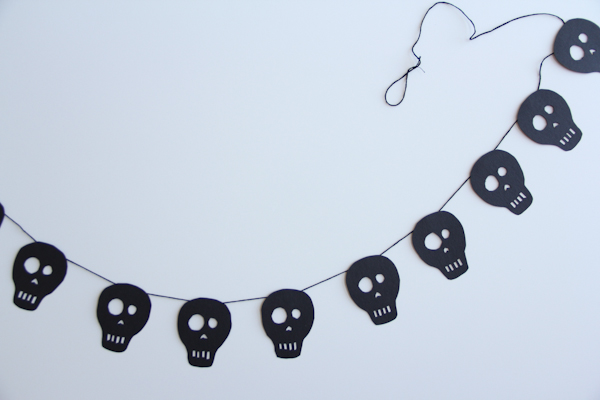 20 Great DIY Halloween Garlands and Banners for Perfect Halloween Home Decor (17)