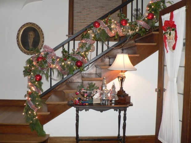 16 Awesome Christmas Stairs Decoration Ideas (14)