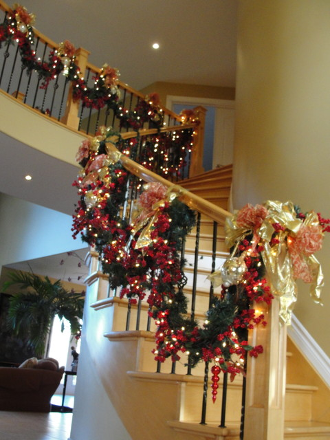 16 awesome christmas stairs decoration ideas style for Stair railing decorated for christmas