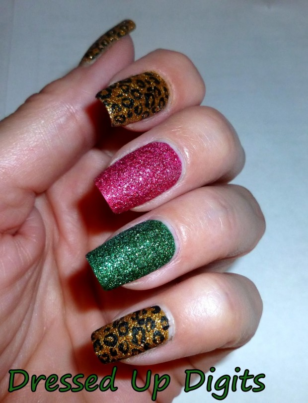 20 Sparkly and Glitter Nail Art Ideas in Christmas Spirit (17)