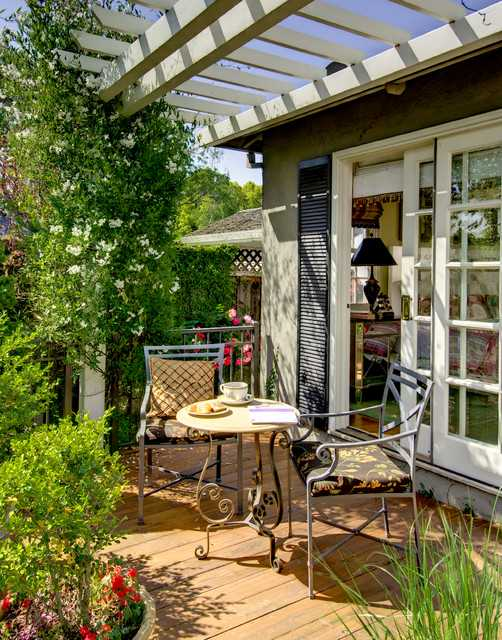 18 Outdoor Breakfast Nook Ideas for Bright and Beautiful ... on Backyard Nook Ideas id=46255