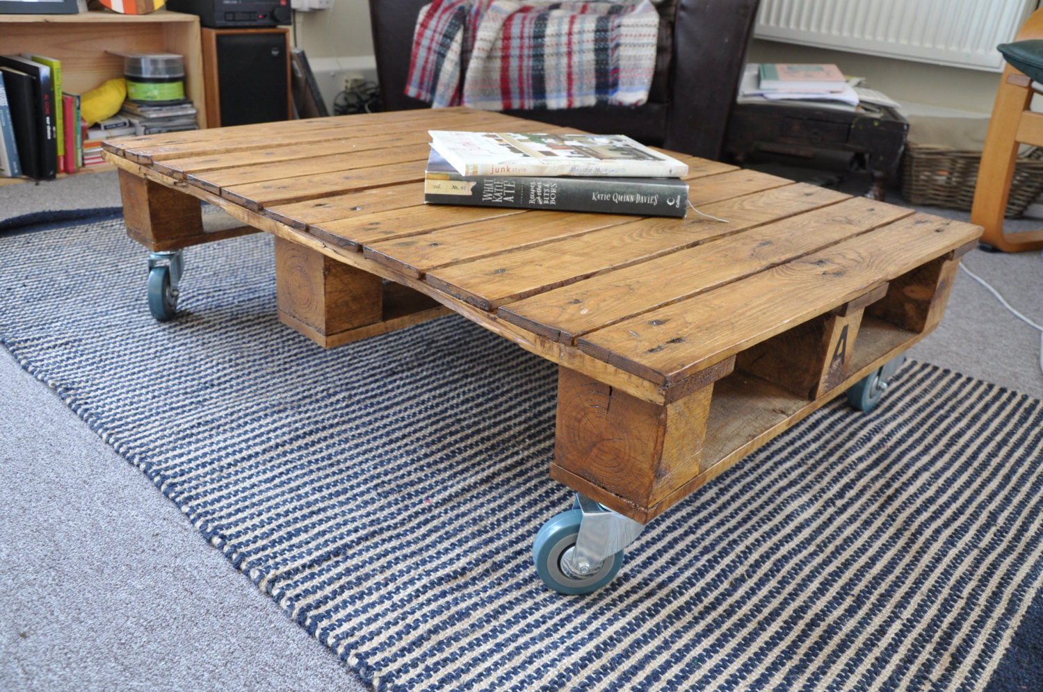 18 useful and easy diy ideas to repurpose old pallet wood for Fabrication de meuble en bois de palette