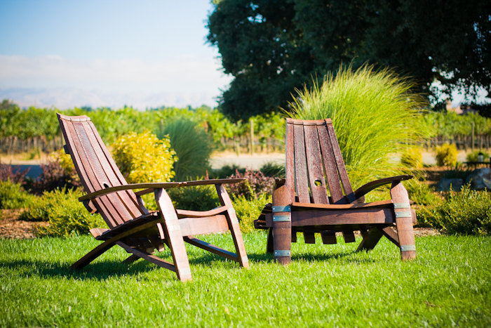 15 cool diy projects from recycled wine barrel wood for Chaise adirondack bois