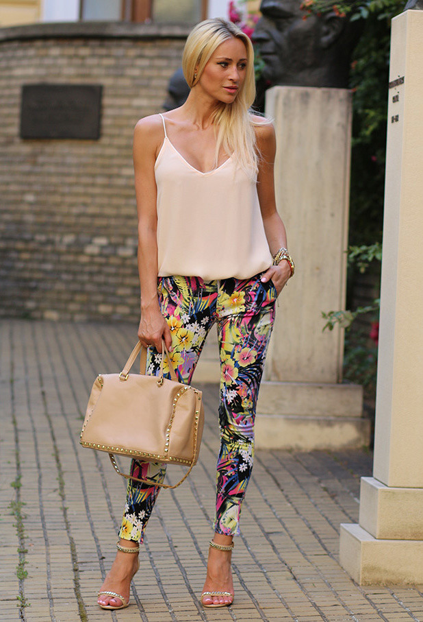 17 Amazing Outfit Ideas with Floral Pants (14)
