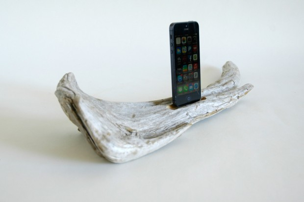 22 Easy DIY Driftwood Docking Stations for Your Devices (14)