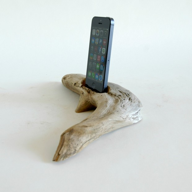 22 Easy DIY Driftwood Docking Stations for Your Devices (19)