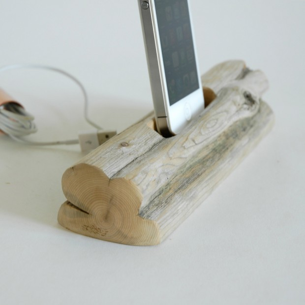 22 Easy DIY Driftwood Docking Stations for Your Devices (21)