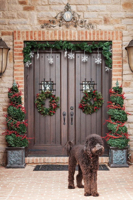 Create a Warm Welcome   22 Festive Christmas Front Door Decoration Ideas