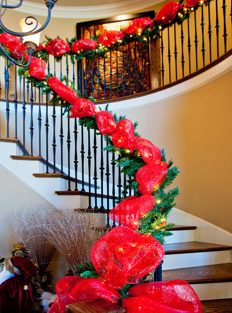 21 ideas for christmas staircase decorations style for Stair railing decorated for christmas