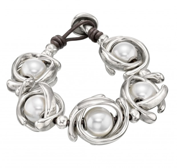 Unique bracelet with large white pearls set in silver-plated hoop-shaped trinkets. Hand-crafted in Spain.