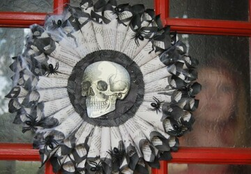 17 Spooktakcular DIY Halloween Wreath Ideas - outdoor Halloween decor, Halloween decorations, diy Halloween wreath, diy Halloween decorations, diy Halloween