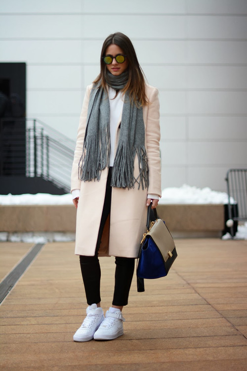 casual winter outfits with sneakers