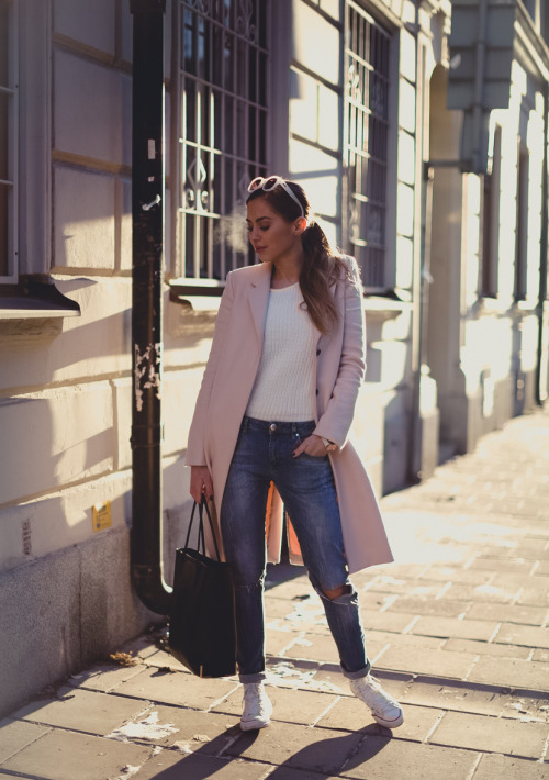 9caf0895a7e 25 Outfit Ideas with Sneakers for Casual Fall and Winter Look ...