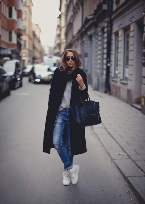 25 Outfit Ideas with Sneakers for Casual Fall and Winter Look