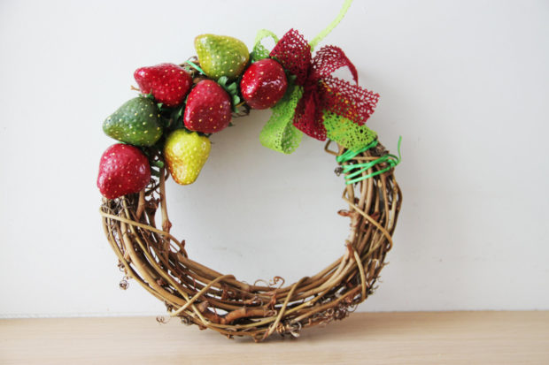 15 Colorful Handmade Summer Wreath Ideas To Refresh Your Front Door (5)
