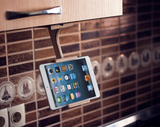 18 Inventive Handmade Dock And Stand Designs For Your Electronics (6)