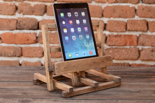 18 Inventive Handmade Dock And Stand Designs For Your Electronics (9)