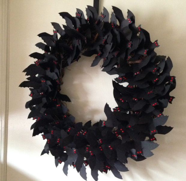 15-spooky-handmade-halloween-wreath-designs-to-decorate-your-front-door-with-1