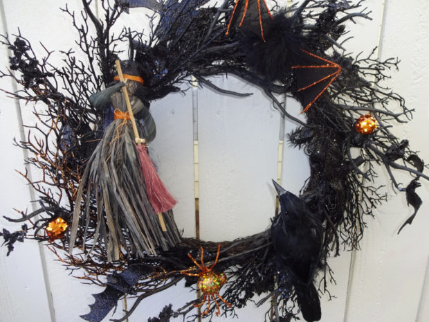15-spooky-handmade-halloween-wreath-designs-to-decorate-your-front-door-with-2