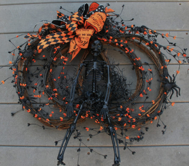15-spooky-handmade-halloween-wreath-designs-to-decorate-your-front-door-with-3