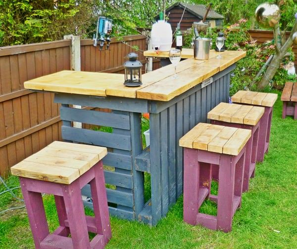 30+ Creative DIY Wine Bars for Your Home and Garden --> DIY Pallet Outdoor Bar