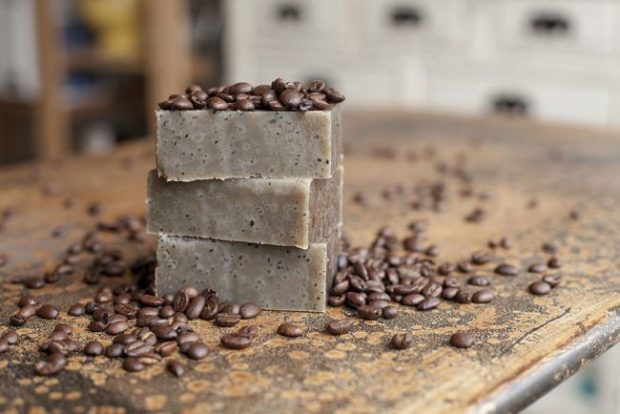 Handmade Cosmetics: 16 Amazing DIY Soap Recipes
