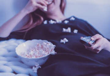 How to Host the Best Movie Night Everyone Will Remember - tv, tips, television, snacks, party, netflix, movies, movie night, home cinema, guide, friends, food, film, cinema