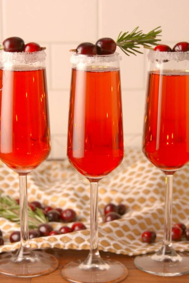 15 Festive Christmas Cocktail Recipes - Gin Cocktail recipes, Festive Christmas Cocktails, Festive Christmas Cocktail Recipes, Cocktail recipes, Christmas Cocktails