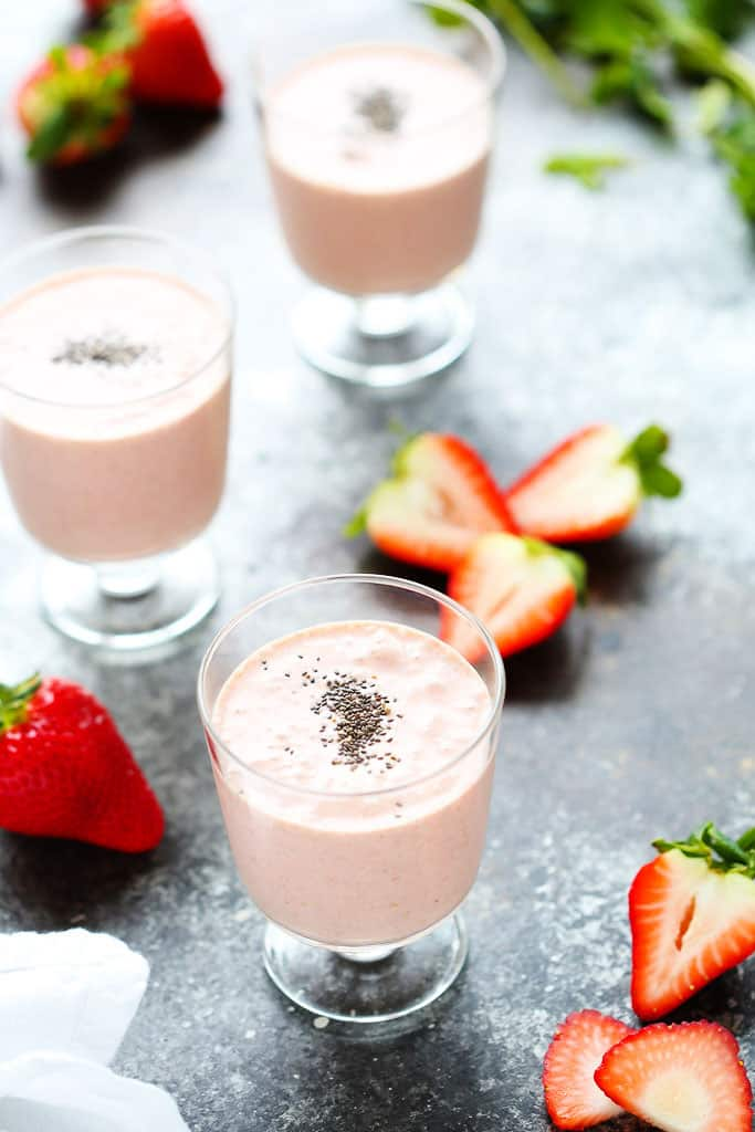 Healthy strawberry shortcake smoothie + 15 Farmers market recipes to make in April! Delicious, vegetarian, (mostly) healthy spring recipes made with fresh, seasonal produce from your local farmers market or CSA bin. Eat local! // Rhubarbarians