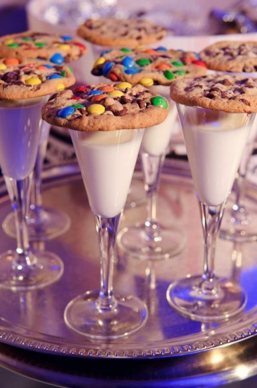 Cookies and milk New Years family tradition | 25+ NYE party ideas