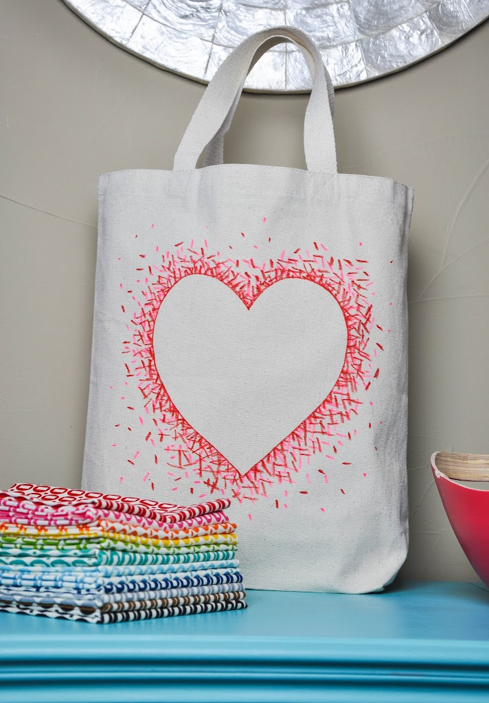 DIY negative space heart bag with sharpies | 25+ Sharpie Crafts