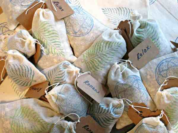 24 DIY Christmas Gifts That Your Friends Would Love To Get This Year | Handmade Christmas Gift Ideas | Inexpensive DIY Gift Ideas | Christmas Gift Ideas | Best Handmade Gifts Via: https://themummyfront.com #diychristmasgifts #themummyfront #handmadegifts | Diy Bath Soak Tea bags