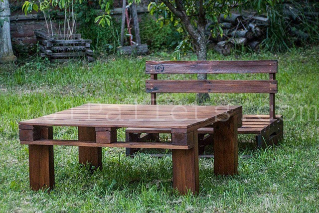 Pallet Picnic Table | 25+ garden pallet projects