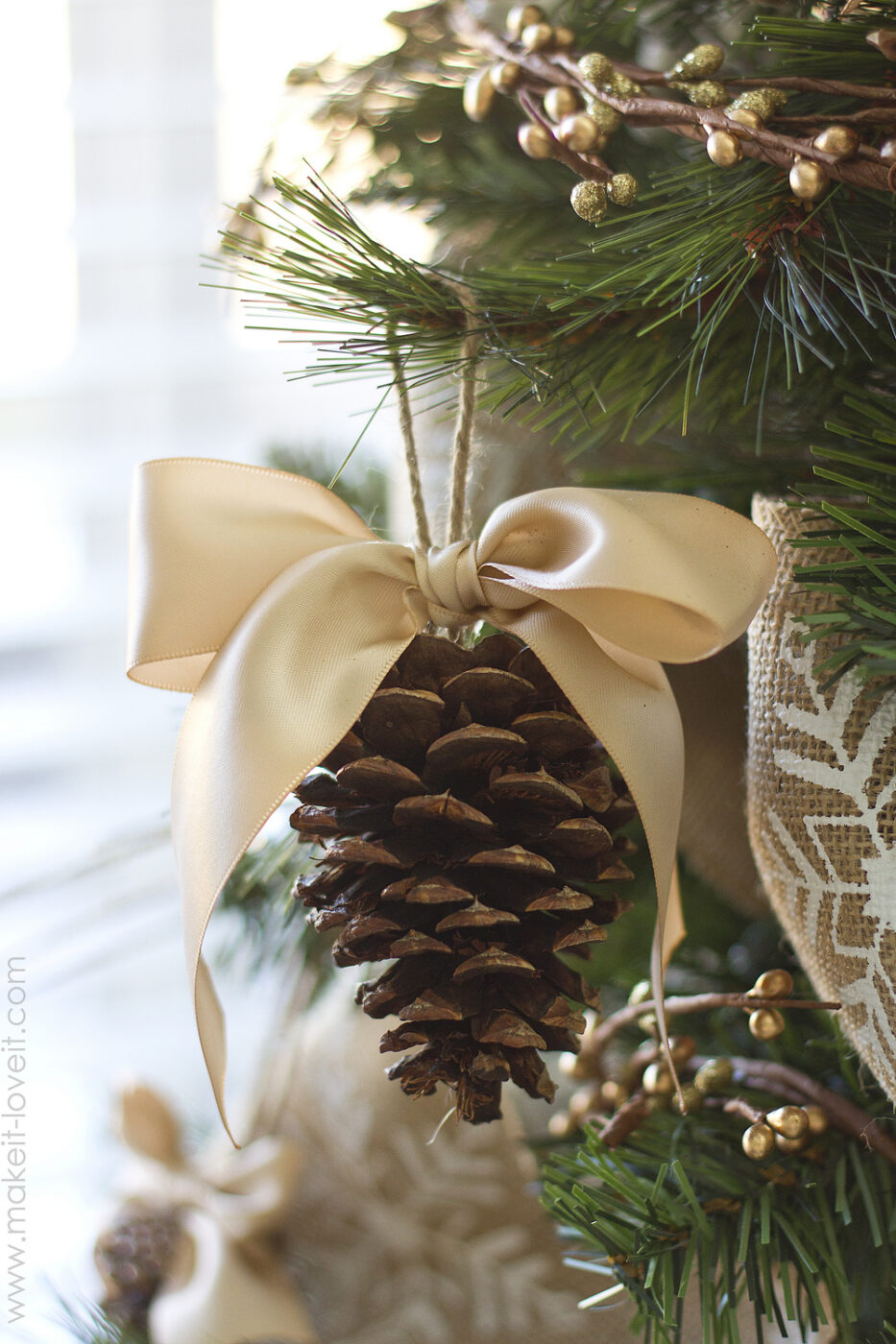 Pine cone bow ornament | +25 Beautiful Handmade Ornaments