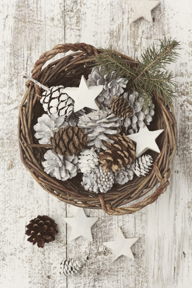 Pinecones in a basket | 25+ Winter decor crafts