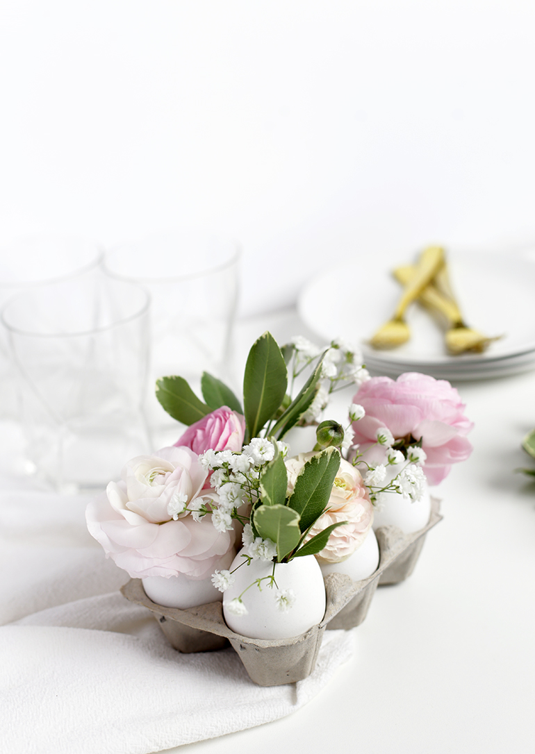 DIY Easter egg centerpiece, cute spring decor! Add fresh florals to hard boiled eggs to create a natural Easter centerpiece or pretty spring decorations! #springdecor #easteregg #springcenterpiece #easterdecor #springcraft