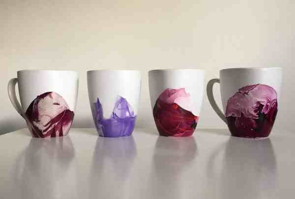 24 DIY Christmas Gifts That Your Friends Would Love To Get This Year | Handmade Christmas Gift Ideas | Inexpensive DIY Gift Ideas | Christmas Gift Ideas | Best Handmade Gifts Via: https://themummyfront.com #diychristmasgifts #themummyfront #handmadegifts | DIY Marbled Mugs