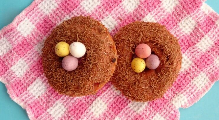 skinny-baked-strawberry-birds-nest-donuts-recipe-featured-750x410