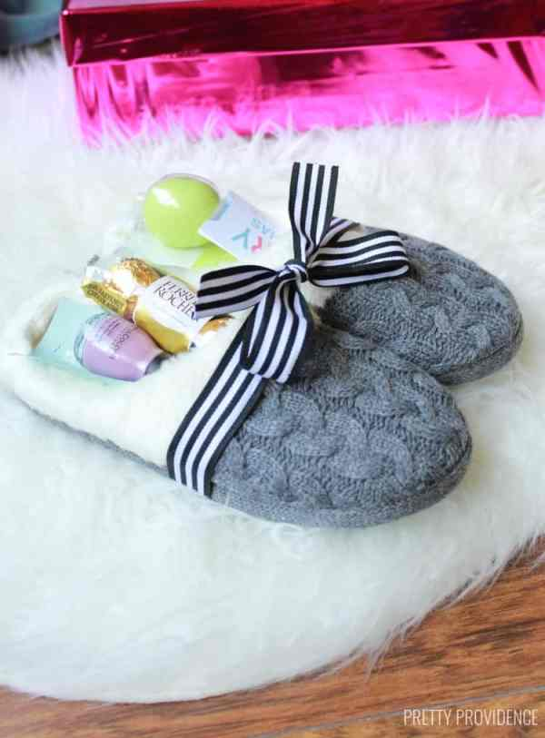 24 DIY Christmas Gifts That Your Friends Would Love To Get This Year | Handmade Christmas Gift Ideas | Inexpensive DIY Gift Ideas | Christmas Gift Ideas | Best Handmade Gifts Via: https://themummyfront.com #diychristmasgifts #themummyfront #handmadegifts | DIY Slippers Gift Set