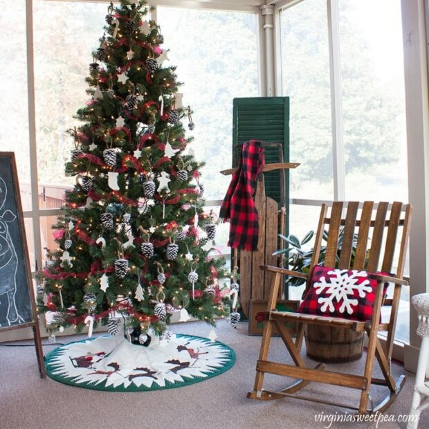 13 Ways to Decorate Your Front Porch for Christmas - Rustic DIY Christmas Outdoor Decorations, Rustic DIY Christmas Decor Ideas for Front Porch, front porch design
